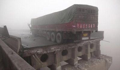 В Китае обрушился в реку мост с десятками грузовиков