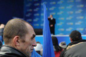 1386919807_antimaydan-gotovit-scenu-pod-ukrainskim-domom-v-kieve