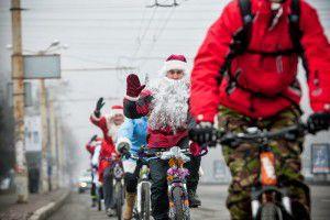 В Запорожье Деды Морозы променяли сани на велосипеды