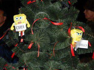 Запорожцы украсили новогоднюю елку куклами мэра Сина и губернатора Пеклушенко (ФОТО)