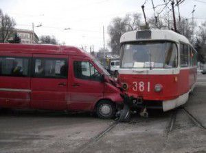 В Запорожье маршрутка подрезала трамвай