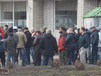 Фотофакт:  запорожцы вышли на дежурство под военную часть