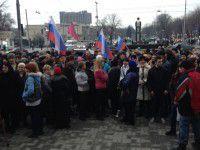 Несколько сотен запорожцев вышли под мэрию с российскими флагами