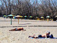 Запорожцы открыли пляжный сезон в разгар марта (ФОТО)