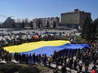 В центре Запорожья развернули огромный флаг