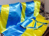 Запорожец бесплатно раздает украинские флаги