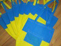 Запорожанка почти даром шьет сине-желтые сумки