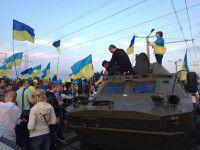 Позитивный фоторепортаж: парад флагов, Ольга Богомолец на БРДМ и патриотичные шары