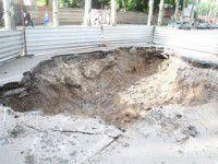 В Запорожье возле университета провалился участок дороги (ВИДЕО)