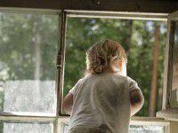 Бабушка не досмотрела: в Запорожье еще один маленький ребенок вылетел из окна