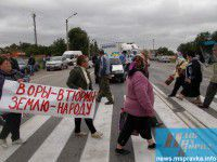 ФОТОРЕПОРТАЖ: Жители Запорожской области перегородили крымскую трассу