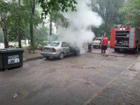 ФОТО ДНЯ: В Запорожье посреди двора горела легковушка
