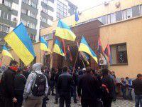 Правый сектор возле облМВД провоцировал милицию (ФОТО)