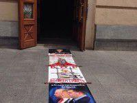 ФОТО ДНЯ: у входа в горсовет расстелили дорожку из портретов коррупционеров