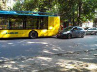 ФОТОФАКТ: Иномарка влетела в новый троллейбус