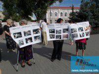 ФОТО ДНЯ: Активисты окружили здание СБУ с требованиями прекратить АТО