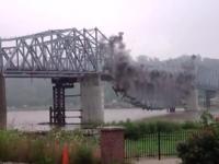 В сети появилось видео взрыва моста в Запорожской области
