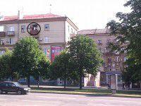 Фотофакт: в Запорожье на проспекте смельчак повесил триколор