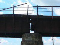 По мосту, который взорвали террористы, снова пустили поезда