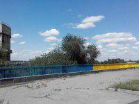 Активистов, которые красили плотину, подкармливали из проезжающих машин