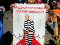 ФОТО ДНЯ: Запорожские активисты притащили в столицу мэра в «модной одежде»