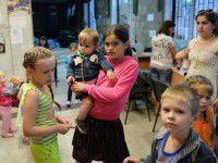 Репортаж: Запорожцы сносят в штаб помощи беженцам тарелки и ненужную одежду