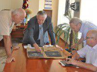 Баранов показал чиновникам прострелянные пластины для бронежилетов (ФОТО)