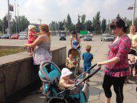 В Запорожье мамы вышли на митинг с колясками