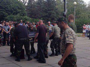 Горы роз и слезы побратимов — в Запорожье хоронили бойца «Правого сектора»