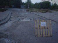 Запорожцы отремонтировали дорогу во дворе своими силами