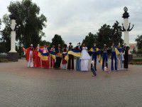 ФОТОФАКТ: Ходулисты прошлись по проспекту с украинскими флагами