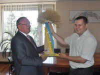 ФОТОФАКТ: Губернатору подарили «пальму» из пшеницы