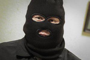На запорожском курорте двое мужчин в масках ограбили магазин: одного задержал прохожий
