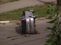 В Запорожье иномарка перевернулась посреди дороги (ФОТО)