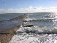 В Азовском море маленькую девочку прижало к волнорезу