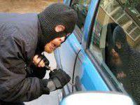 Беженцы просят запорожских милиционеров найти их элитные авто