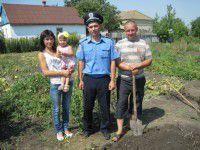 Фотофакт: Участковые копают огороды бойцов, воюющих в зоне АТО