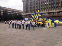 Желто-синий праздник в Запорожье: гигантский флаг, презент от Баранова и хоровой гимн