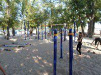 На Центральном пляже Запорожья строят спортивную площадку
