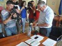 Запорожский чиновник не пустил к себе активиста в футболке с Путиным