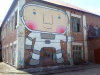 Фотофакт: на стену запорожской школы «приземлился» огромный космонавт