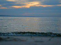 Утреннее фото:  Городской пляж в первых лучах солнца