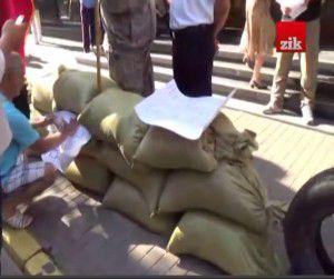 ФОТО ДНЯ: Запорожские самообороновцы соорудили блокпост под Генпрокуратурой