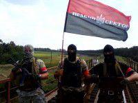 ФОТОФАКТ: Ореховский мост взяли под охрану люди в масках