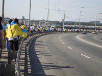 Фото дня: Запорожцы с флагами страны объедини два берега Днепра