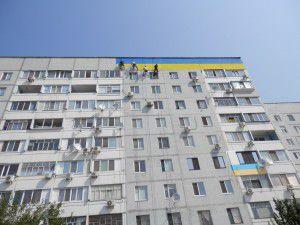 Энергодарцы раскрашивают дом в патриотичные цвета на высоте 9-ого этажа