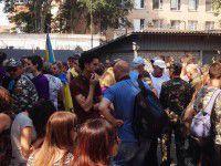 Майдановцы пришли на «разборки» под облвоенкомат: противники АТО не явились