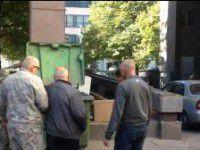 Самообороновцы выкинули атамана-сепаратиста в мусорный бак (Фото)