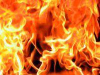 Жители многоэтажки тушили  пожар в соседней квартире с балкона (Видео)