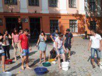 Студенты устроили массовый флешмоб с визгами и обливанием (Видео)